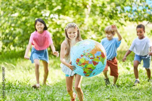 Foto Murales Glückliches Mädchen trägt Weltkugel