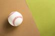 硬式野球のボールと緑と茶色の背景