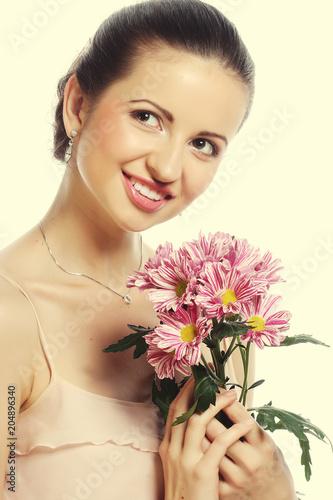 piękna kobieta z różowymi kwiatami odizolowywającymi na bielu