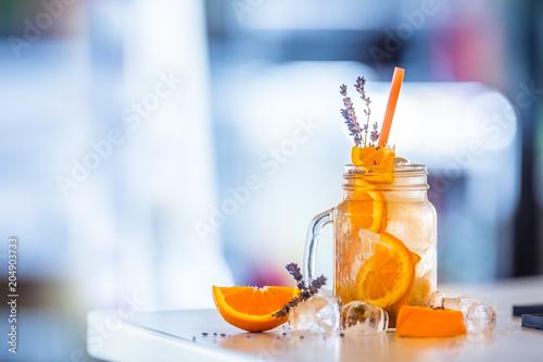 Pomarańczowa lemoniada bezalkoholowa z levandrem i kostkami lodu