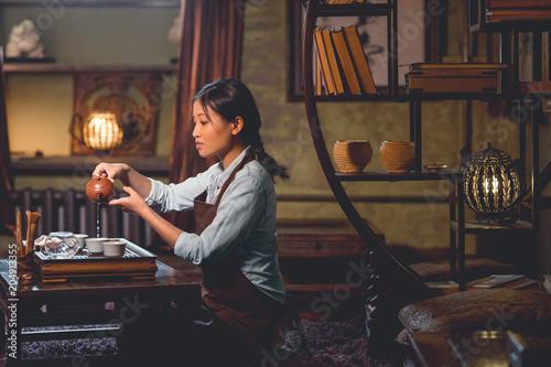 Młoda azjatykcia dziewczyna przy herbacianą ceremonią
