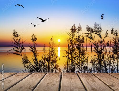 puesta de sol en el lago