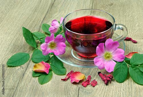 Hibiskus herbata w szklanej filiżance na drewnianym stole. Herbata witaminowa na przeziębienie i grypę.