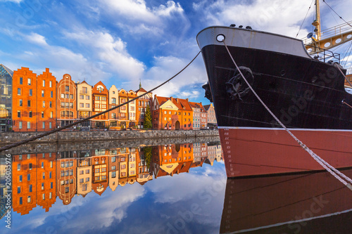 Plexiglas Schip Beautiful old town of Gdansk reflected in Motlawa river at sunrise, Poland.