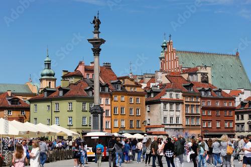 Fototapeta Castle Square in Warsaw full of tourists.