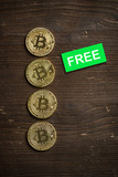 Bitcoin Münzen auf Holzuntergrund