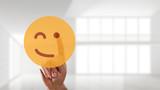 Finger wählt zwinkernden Smiley aus