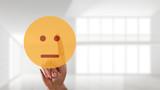 Finger wählt neutralen Smiley