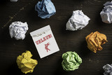Papierkugeln mit Abreißkalender und dem Wort