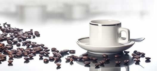 Espressotasse und Kaffeebohnen auf spiegelnder Tischplatte vor Küchenhintergrund, Panorama