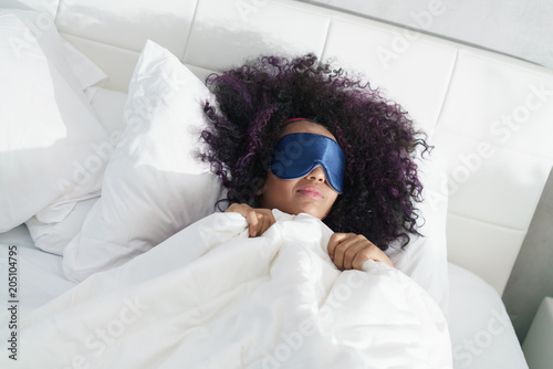 Foto Murales Tired Black Girl Waking Up In Bed With Sleep Mask