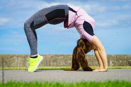 Aluminium School de yoga Woman doing yoga outdoor