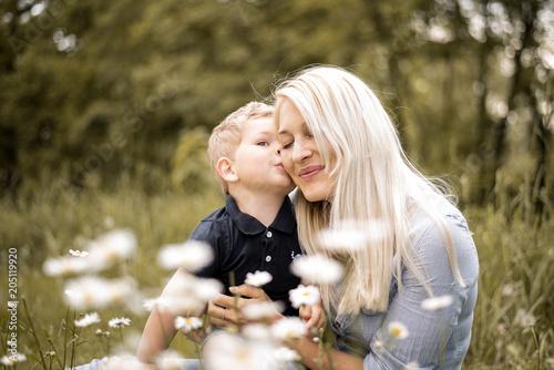 Mutter mit ihrem Sohn in der Blumenwiese © S.Kobold