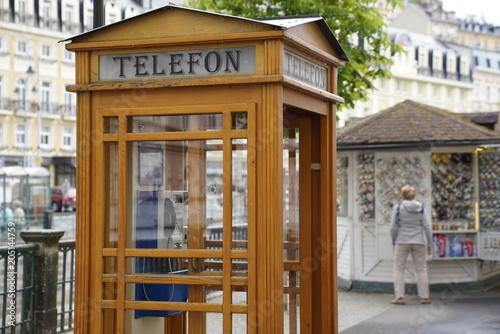 Budka telefoniczna wykonana z drewna w Karlowe Wary (Karlovy Vary), Republika Czeska