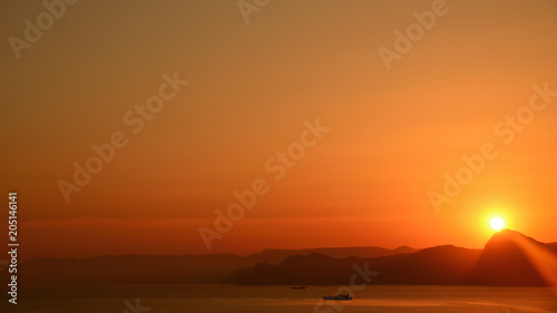 Aluminium Oranje eclat Picturesque seascape, golden sunset over the sea