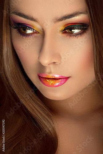 model piękna dziewczyna z makijażu sztuki kolorowe cienie do powiek i brokat wargi
