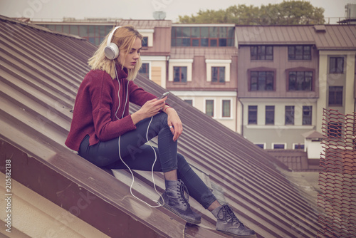 Fotobehang Muziek girl listens to music