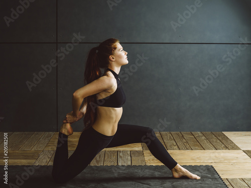 Poster Redhead woman doing kneeling quad stretch