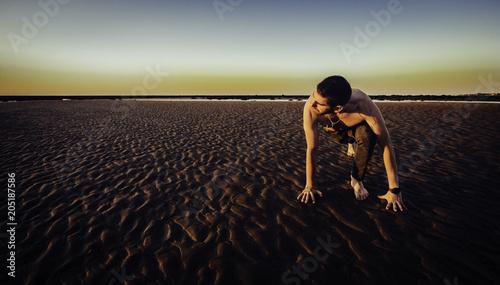 Aluminium School de yoga Joven haciendo yoga en la arena de la playa de Sanlúcar de Barrameda al atardecer