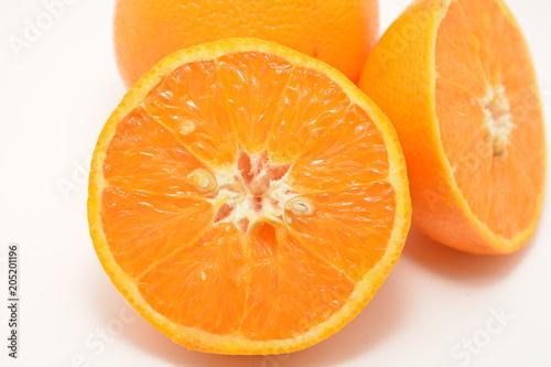 arancia tagliata a metà frutta fresca