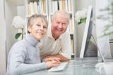 Senioren Paar am Computer Arbeitsplatz - 205237984