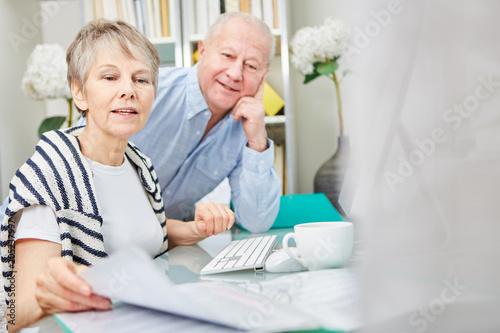 Senioren bearbeiten zusammen Akten © Robert Kneschke