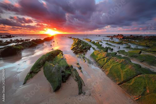 Fotobehang Lavendel Bello atardecer sobre la playa de Barrika (Bizkaia)
