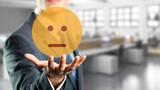 Geschäftsmann präsentiert neutralen Smiley