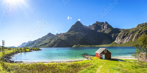 Leinwanddruck Bild Trollfjord, Strand mit Haus, Lofoten, Skandinavien, Norwegen