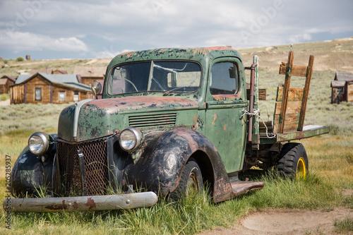 Uraltes Autowrack in einer Geisterstadt der USA