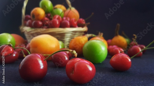 Foto Murales Fruits falling from the basket
