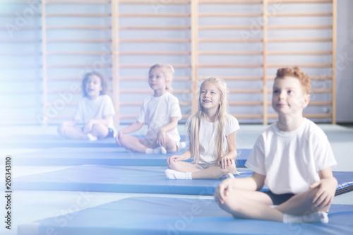Aluminium School de yoga Amazed children in yoga classes