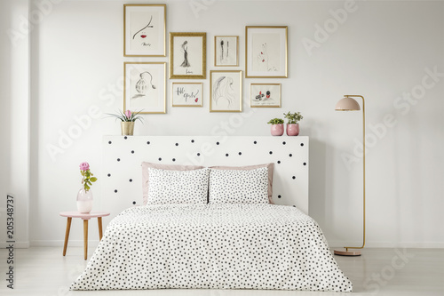 Wzorzyste wnętrze sypialni kobiety