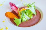 oeuf mollet, moelleux de haricots rouges et légumes - 205350584