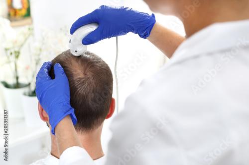 Trycholog. Mikroskopowa analiza stanu włosów i skóry głowy.