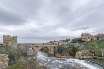 Vista del puente de San Martín sobre el río Tajo en Toledo, España
