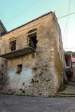 alte Häuser an einer Straße in einem Dorf auf Korfu