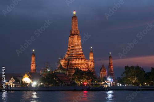 Aluminium Bangkok Wat Arun (Temple of the Dawn) and the Chao Phraya River by night, Bangkok, Thailand.