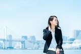 遠くを見つめる女性・ビジネスイメージ - 205416309