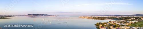 Vue aérienne de l'étang de Thau et Sète depuis Balaruc les Bains en Occitanie, France