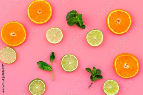 Wzór owoców. Pomarańcze i wapno round plasterka skład na różowego tła odgórnym widoku