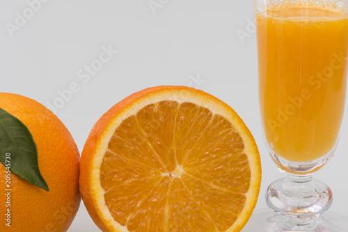 Zumo de naranja recién exprimido con fruta fresca