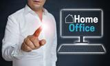 Home Office Touchscreen wird von Mann bedient Konzept - 205547513