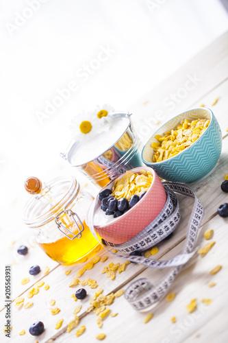 Foto Murales Śniadanie z płatkami i musli razem z mlekiem lub jogórtem z owocami
