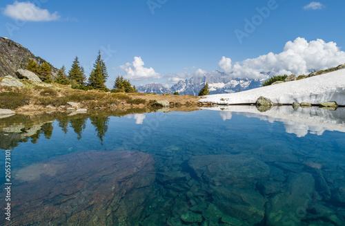 Fotobehang Blauwe jeans Wandern Spiegelsee Schladming Dachstein Region Reiteralm Gasselhöhe Bergsee Mittersee