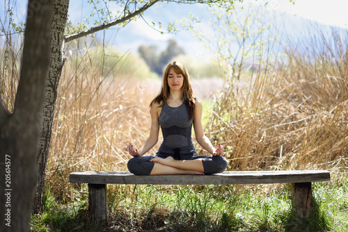 Aluminium School de yoga Young beautiful woman doing yoga in nature