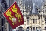 Drapeau de Normandie et palais de justice de Rouen en arrière plan - 205615185