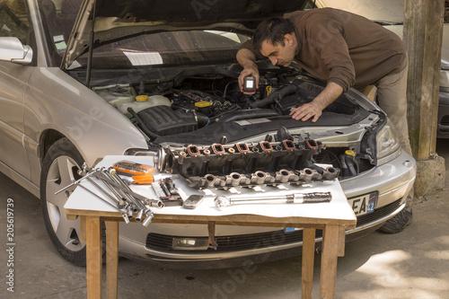 Intervention mécanique sur un véhicule automobile, vérification avec une lampe