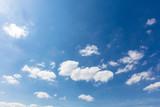 Blauer Himmel mit weißen Wolken - 205623787