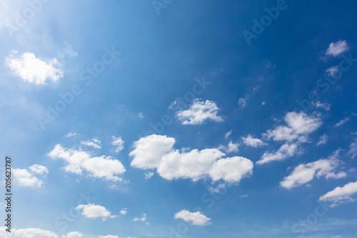Fototapeta Blauer Himmel mit weißen Wolken